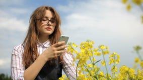 Цветки рудоразборки девочка-подростка в поле видеоматериал