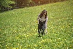 Цветки рудоразборки молодой женщины в луге swallowtail лета травы дня бабочки солнечное Стоковые Фото