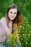 Цветки рудоразборки молодой женщины на луге лета Стоковые Изображения