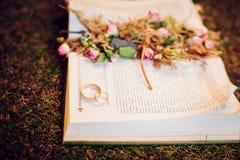 Цветки свадьбы и красивое украшение колец Стоковые Изображения RF