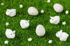 Цветки символических украшений пасхи белые, мини милые овечки и c Стоковое Изображение RF