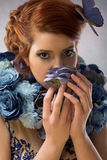 Цветки сини Woomanwith Стоковая Фотография RF