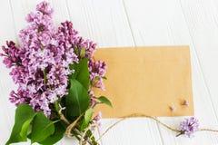 Цветки сирени на деревянном столе карточка 2007 приветствуя счастливое Новый Год Стоковая Фотография RF