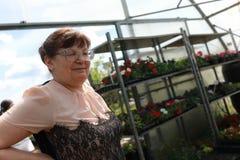 Цветки старшей женщины покупая Стоковая Фотография