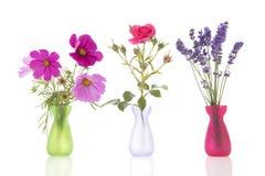 Цветки строки в маленьких вазах Стоковые Фотографии RF