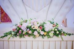 Цветки таблицы свадьбы сервировки Конструкторское бюро для новобрачных Стоковые Изображения