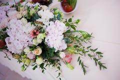 Цветки таблицы свадьбы сервировки Конструкторское бюро для новобрачных Стоковые Фотографии RF