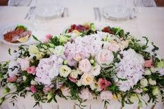 Цветки таблицы свадьбы сервировки Конструкторское бюро для новобрачных Стоковое Изображение