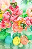 Цветки тюльпана, бабочки и покрашенные пасхальные яйца Стоковое Фото