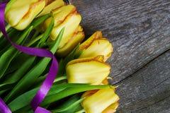 Цветки тюльпана букета желтые на старом деревянном столе Пасха мать Стоковая Фотография RF