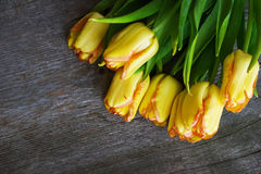 Цветки тюльпана букета желтые на старом деревянном столе Стоковые Изображения RF