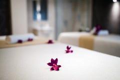 Цветки украшая кровати массажа Стоковые Изображения RF