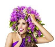 Цветки фотомодели и сирени, красивая шляпа женщины, белая стоковое изображение