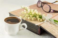 Цветки чашки кофе, книги и лилии Стоковые Фото