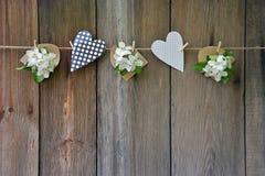 Цветки яблока и сердца на деревянных планках Справочная информация Стоковая Фотография