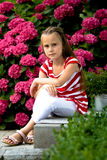 Цветки betwin девушки Стоковая Фотография