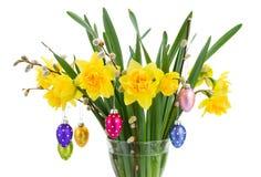 Цветки Daffodil с catkins и пасхальными яйцами Стоковое Изображение