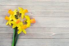 Цветки Daffodils на деревянной предпосылке Стоковая Фотография