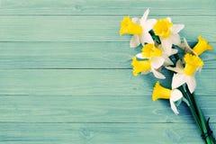 Цветки Daffodils на деревянной предпосылке Стоковая Фотография RF