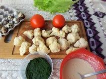 Цветная капуста в зеленых крапивах тэмпуре, оладь оладьях варя вегетарианскую еду с крапивами Стоковая Фотография RF