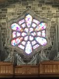 Цветное стекло & трубы органа стоковая фотография