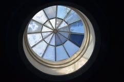 Цветное стекло в куполе стоковая фотография