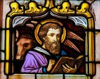 Цветное стекло St Luke евангелист стоковая фотография