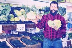 Цветные капусты молодого мужского продавца предлагая Стоковые Изображения