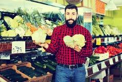 Цветные капусты молодого мужского продавца предлагая Стоковое Изображение RF