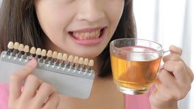 Цветовая палитра зуба взятия женщины Стоковое Фото