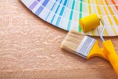 Цветовая палитра кисти и ролика на деревянном Стоковое Фото
