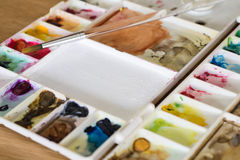 Цветовая палитра пластичного художника на деревянной концепции искусства пола Стоковая Фотография RF