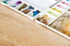 Цветовая палитра пластичного художника на деревянном поле Стоковое Фото