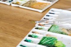 Цветовая палитра пластичного художника на деревянном поле Стоковое фото RF