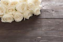 Цветок белых роз на деревянной предпосылке Стоковая Фотография
