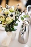 Цветок букета в вазе на таблице свадьбы стоковые изображения