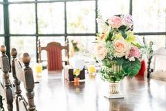 цветок букета в украшении вазы на таблице Стоковая Фотография