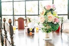 цветок букета в украшении вазы на таблице Стоковое Изображение RF