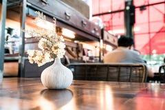 цветок букета в украшении вазы на таблице Стоковые Фотографии RF