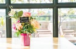 цветок букета в украшении вазы на таблице Стоковая Фотография RF