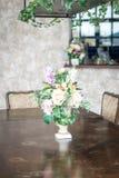 цветок букета в украшении вазы на таблице Стоковое фото RF