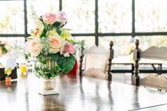 цветок букета в украшении вазы на таблице Стоковые Изображения