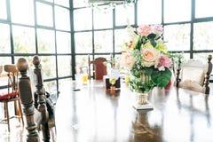 цветок букета в украшении вазы на таблице Стоковое Изображение