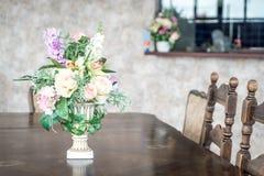 цветок букета в украшении вазы на таблице Стоковое Фото