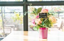 цветок букета в украшении вазы на таблице Стоковые Фото