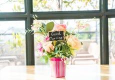 цветок букета в украшении вазы на таблице Стоковые Изображения RF