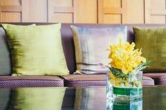 Цветок вазы на таблице с подушкой на софе Стоковое Изображение