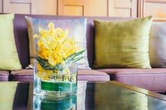 Цветок вазы на таблице с подушкой на софе Стоковая Фотография