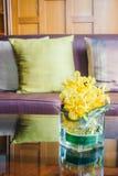 Цветок вазы на таблице с подушкой на софе Стоковые Фотографии RF