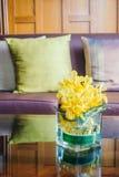 Цветок вазы на таблице с подушкой на софе Стоковые Фото